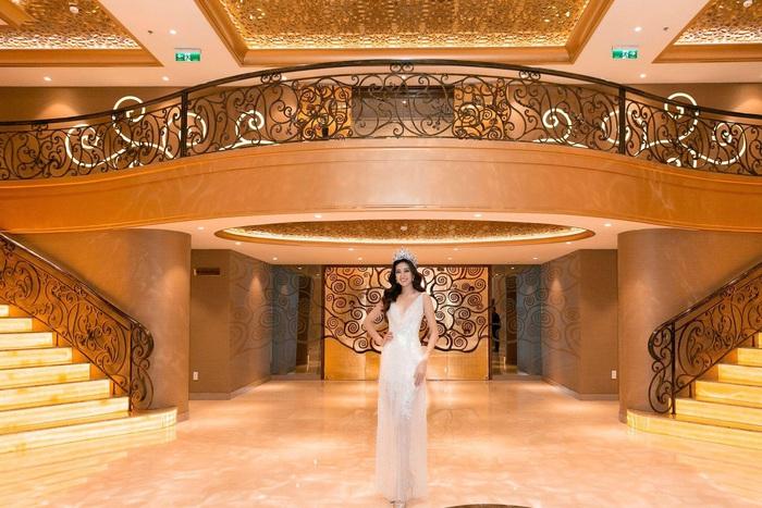 Hoa hậu Hoàn Vũ Khánh Vân khoe dáng khi diện đầm đính 2 kg cườm - Ảnh 4.
