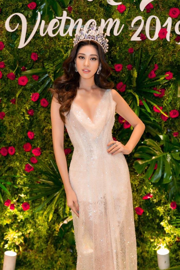 Hoa hậu Hoàn Vũ Khánh Vân khoe dáng khi diện đầm đính 2 kg cườm - Ảnh 6.