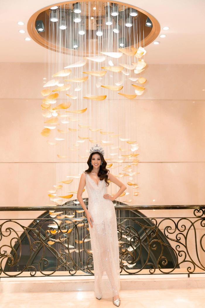 Hoa hậu Hoàn Vũ Khánh Vân khoe dáng khi diện đầm đính 2 kg cườm - Ảnh 7.