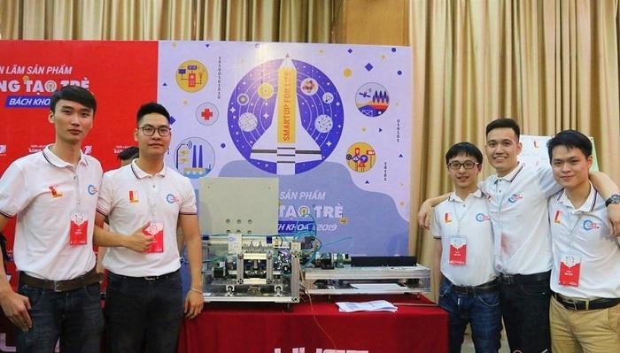 Cao Anh Tú (bìa phải) cùng các sinh viên trong nhóm tự hào về sản phẩm máy lấy tơ sen đầu tiên ở Việt Nam