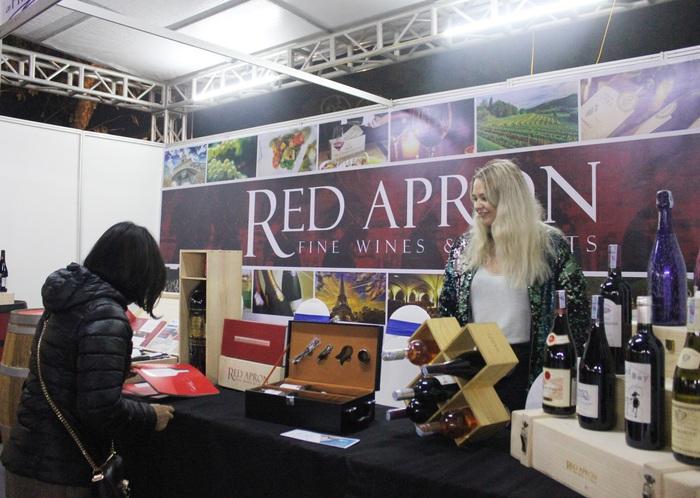 Có 40 gian hàng đến từ các khách sạn, nhà hàng, các nhà nhập khẩu thực phẩm. Lễ hội Balade en France 2020 giới thiệu các loại rượu vang.