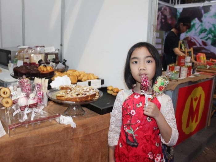 Một em bé thích thú với các loại kẹo truyền thống của Pháp.