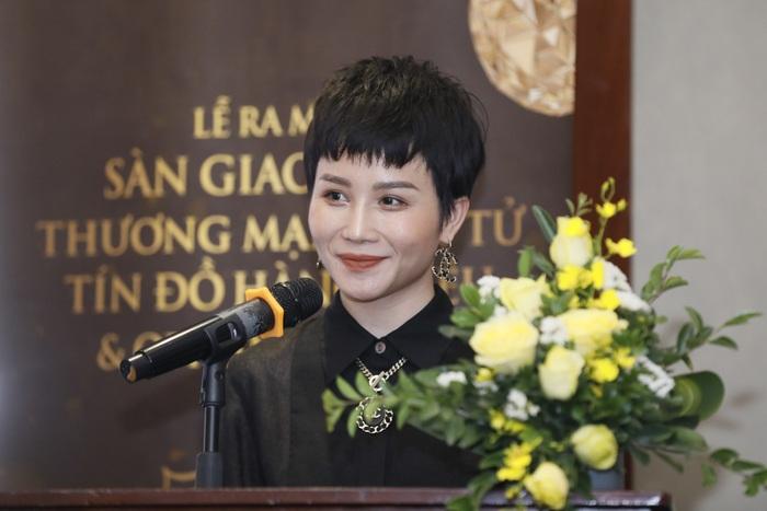 Bà Hoàng Song Hà phát biểu tại Lễ ra mắt sàn thương mại điện tử Tín đồ hàng hiệu.