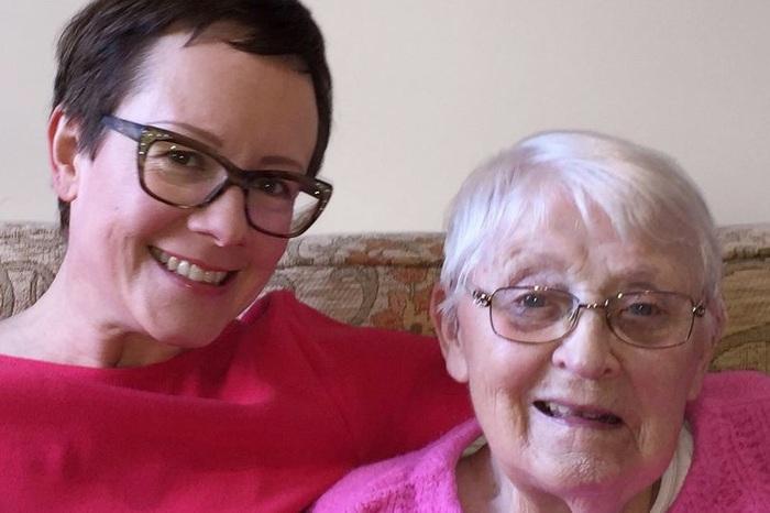 Bà Emma cho rằng chăm sóc mẹ chồng là công việc ý nghĩa nhưng có rất nhiều áp lực vô hình