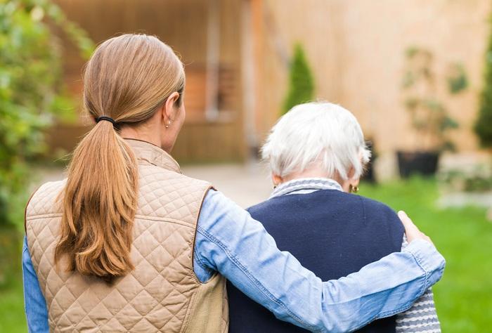 Hầu hết phụ nữ chăm sóc bố mẹ già thường không được trả lương