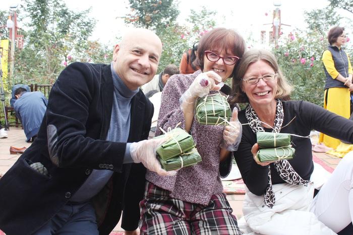 Đại sứ Ý Antonion Alessandro cùng phu nhân và bạn thân vui sướng với những chiếc bánh gói được