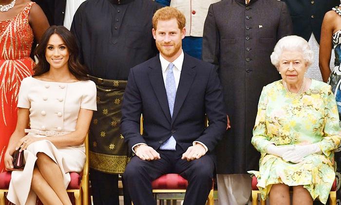 Nữ hoàng Elizabeth II cùng Hoàng tử Harry và Công nương Meghan