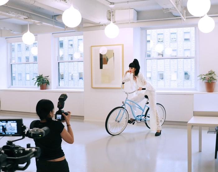 Jessica Minh Anh làm show thời trang thân thiện môi trường tại Mỹ - Ảnh 4.