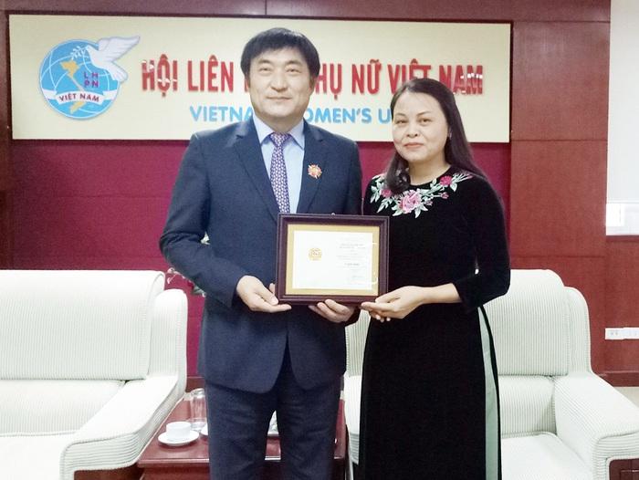 Trao kỷ niệm chương Vì sự phát triển của phụ nữ Việt Nam cho Giám đốc KOICA - Ảnh 1.