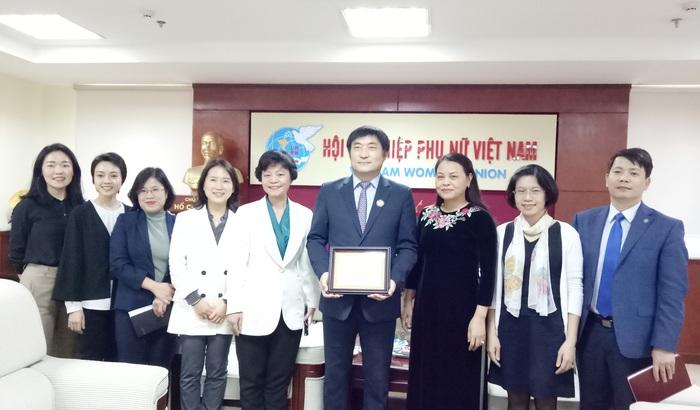 Đại diện Hội và KOICA chúc mừng ông Kim Jinoh