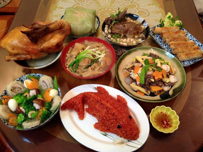 Một mâm cỗ cúng truyền thống thường gồm nhiều món: xôi, gà, nem, món canh, món xào…