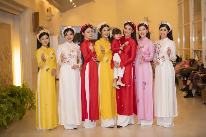 Ngọc Hân cùng dàn mỹ nữ diễn áo dài vì trẻ em nghèo - Ảnh 6.