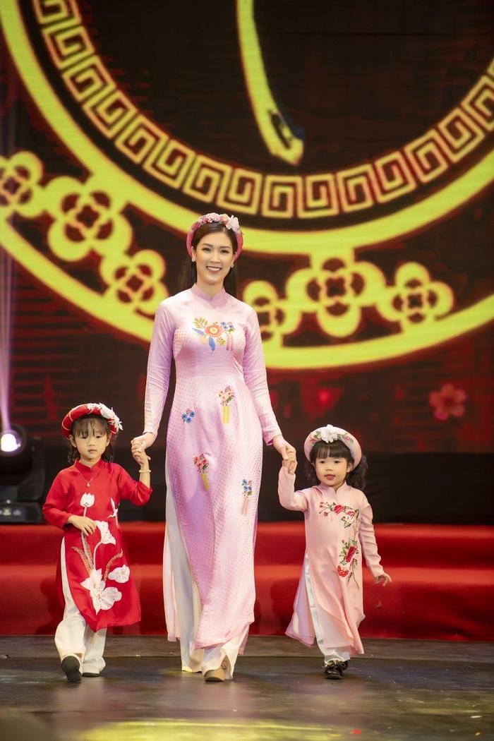 Ngọc Hân cùng dàn mỹ nữ diễn áo dài vì trẻ em nghèo - Ảnh 3.