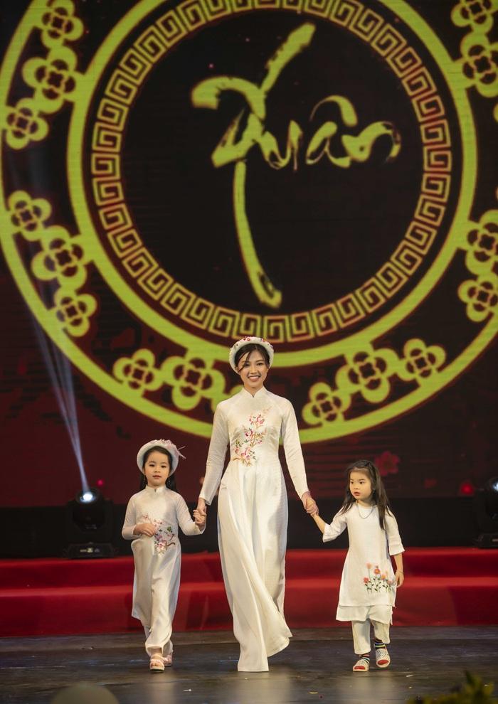 Ngọc Hân cùng dàn mỹ nữ diễn áo dài vì trẻ em nghèo - Ảnh 2.