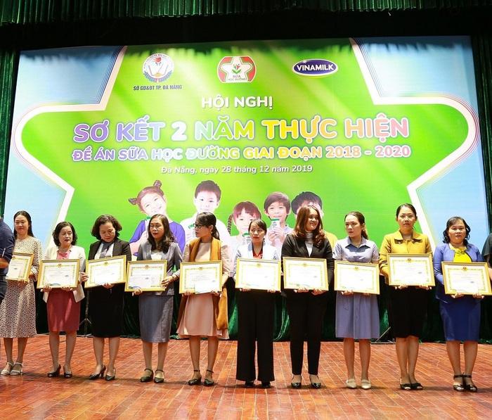 dịp này, Sở GD và ĐT Đà Nẵng cũng đã tuyên dương 38 tập thể và 35 cá nhân có thành tích xuất sắc trong công tác tổ chức triển khai thực hiện chương trình SHĐ
