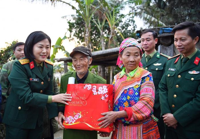 """Phụ nữ Quân đội trao, tặng quà """"Xuân biên cương"""", """"Phụ nữ Quân đội đồng hành cùng phụ nữ biên cương"""" tại Hà Giang - Ảnh 1."""