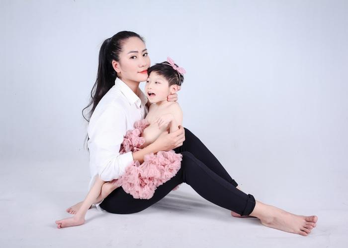 """Diễn viên Minh Cúc lần đầu chụp ảnh """"xúng xính"""" cùng con gái bại não - Ảnh 5."""