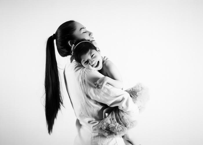 """Diễn viên Minh Cúc lần đầu chụp ảnh """"xúng xính"""" cùng con gái bại não - Ảnh 4."""