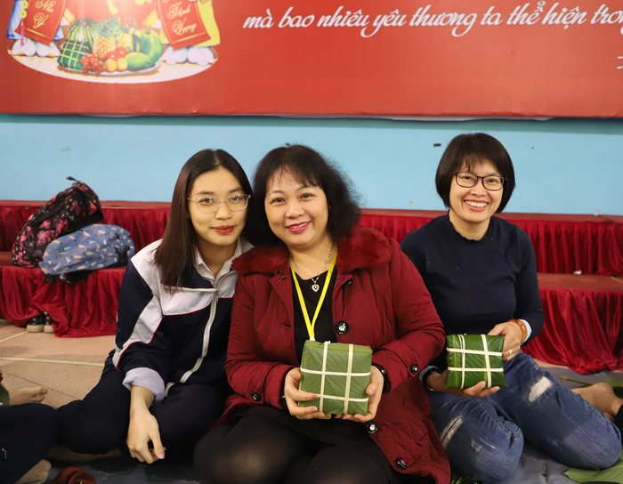 Cô Thu Hằng và phụ huynh khoe sản phẩm đầu tiên trong Ngày hội gói bánh chưng