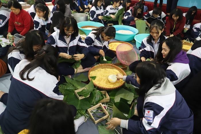 Học sinh trường THPT Quang Trung- Đống Đa hào hứng gói bánh chưng để tặng các trẻ em mồ côi, các gia đình có hoàn cảnh khó khăn. Ảnh: T.H