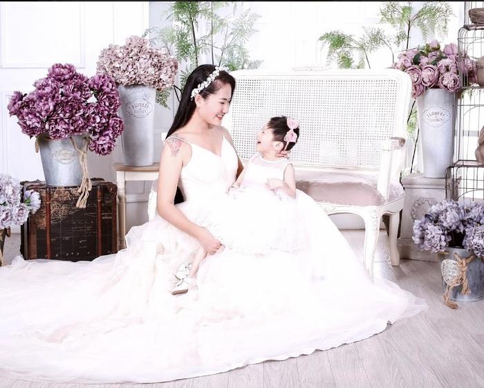 """Diễn viên Minh Cúc lần đầu chụp ảnh """"xúng xính"""" cùng con gái bại não - Ảnh 3."""