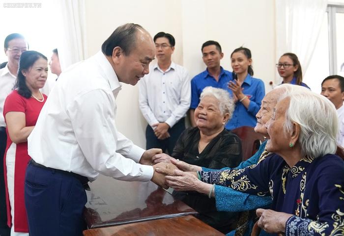 Thủ tướng trao quà Tết cho gia đình chính sách, hộ nghèo, công nhân - Ảnh 2.