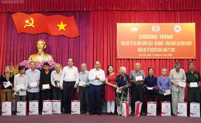 Thủ tướng trao quà Tết cho gia đình chính sách, hộ nghèo, công nhân - Ảnh 1.