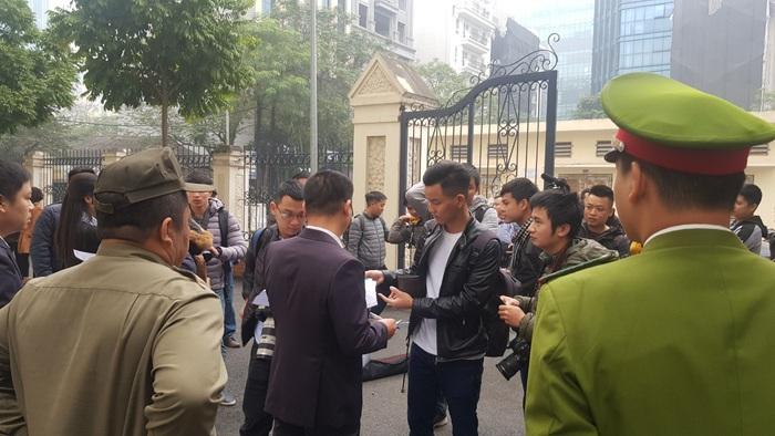 Lực lượng bảo vệ phiên tòa kiểm tra Thẻ nhà báo, giấy giới thiệu của phóng viên, báo chí đến tác nghiệp trước khi đưa vào phòng báo chí để theo dõi diễn biến phiên tòa