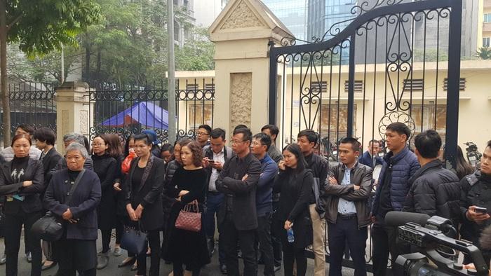 Rất đông người thân cháu L. có mặt từ sớm để theo dõi phiên tòa