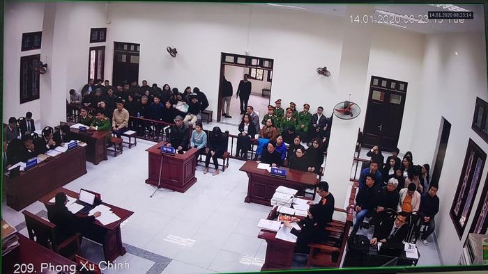 8h30 phiên tòa khai mạc, HĐXX kiểm tra lý lịch bị cáo và những người tham gia tố tụng khác