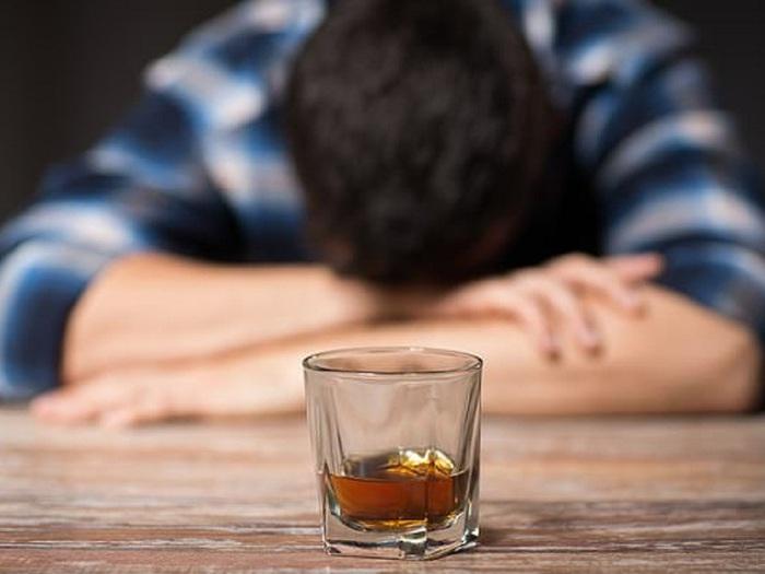 Không uống nước giữa những lần uống đồ uống có cồn - Ảnh 2.