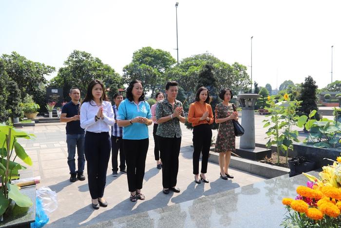 Đoàn công tác Hội LHPN Việt Nam viếng mộ nữ tướng Nguyễn Thị Định - Ảnh 1.