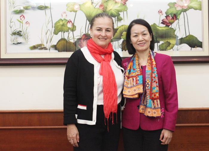 Phó Chủ tịch Hội LHPN Việt Nam Bùi Thị Hòa (phải) và Trưởng Văn phòng UN Women tại Việt Nam Elisa Fernandez Saenz
