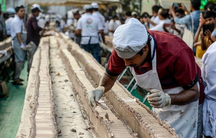 Ấn Độ lập kỷ lục thế giới với chiếc bánh ngọt dài tới 6,5km - Ảnh 1.