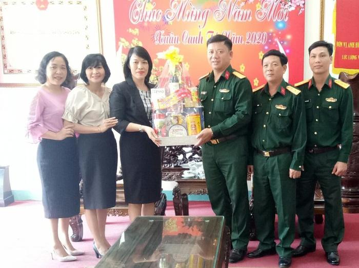 Hội LHPN Quảng Ngãi thăm, chúc Tết các đơn vị vũ trang  - Ảnh 1.