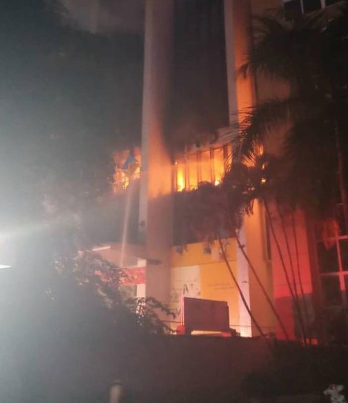 Cháy lớn ở tòa nhà PV Oil Thanh Hóa, một nữ nạn nhân tử vong do ngạt khí - Ảnh 1.
