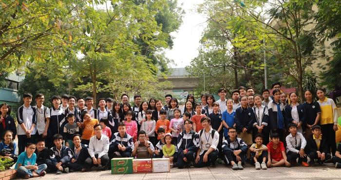 Học sinh trường THPT Quang Trung- Đống Đa đến tặng quà các trẻ em nhân dịp Tết