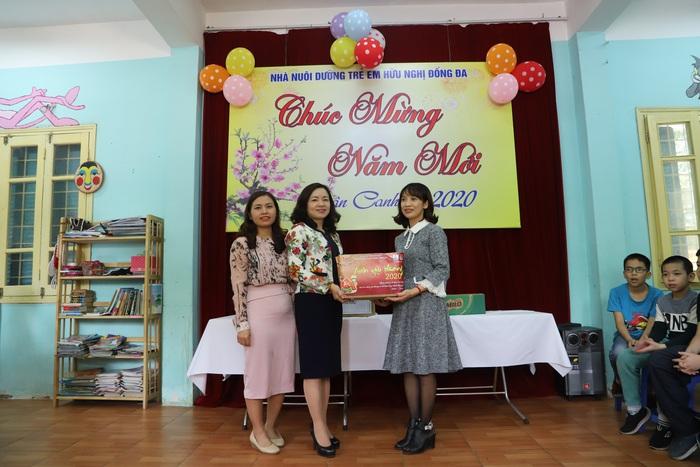 Đại diện trường THPT Quang Trung- Đống Đa đến tặng quà cho Nhà nuôi dưỡng trẻ em hữu nghị Đống Đa
