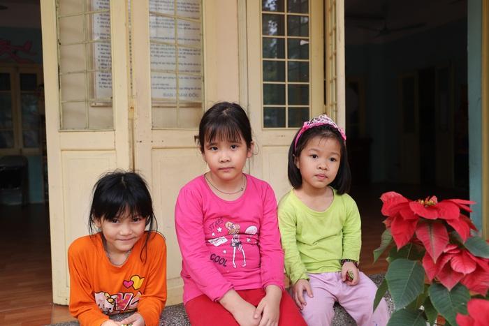 Quỳnh Anh (giữa) mong đến Tết để được về nhà ở Đan Phương để thăm ông bà và mẹ.