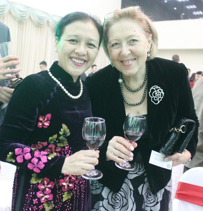 Đại sứ Nguyễn Phương Nga và phu nhân Đại sứ Nga tại Việt Nam