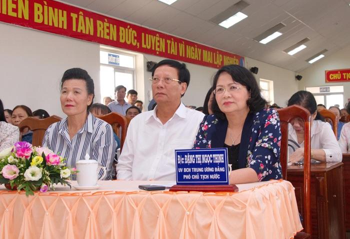 Phó chủ tịch nước Đặng Thị Ngọc Thịnh và Phó chủ tịch TƯ Hội LHPN Việt Nam Nguyễn Thị Tuyết (bìa trái) tại chương trình trao quà
