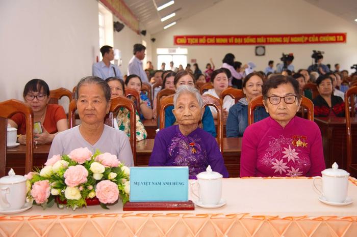 Các Mẹ Việt Nam anh hùng tại buổi của huyện Bình Tân