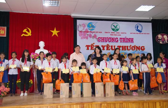 Phó chủ tịch nước Đặng Thị Ngọc Thịnh  và ông Trần Văn Rón - Bí thư tỉnh Vĩnh Long trao  những suất học bổng cho học sinh nghèo vượt khó