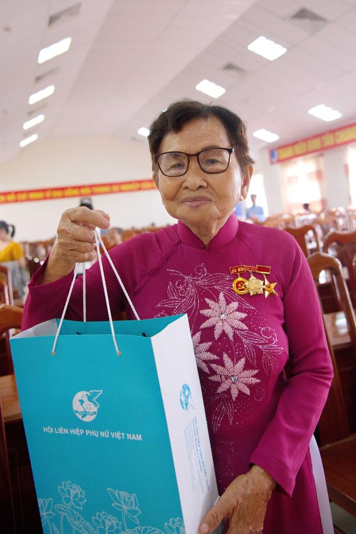 """Mẹ Việt Nam Anh Hùng Nguyễn Ngọc Điệp chia sẻ: """"hôm nay mẹ vừa mừng vừa tủi. Tủi vì nhớ lại những hy sinh mất mát của gia đình ngày xưa nhưng mừng vì được sự quan tâm, an ủi lớn như vầy, được phó chủ tịch nước về tận nơi tặng quà, đó là sự hãnh diện…"""""""
