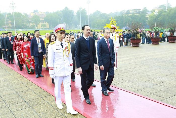 Kiều bào vào Lăng viếng Chủ tịch Hồ Chí Minh