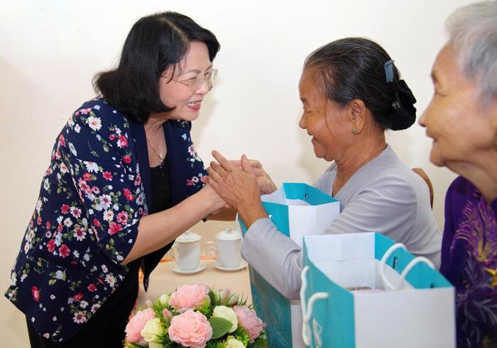 """Phó Chủ tịch nước Đặng Thị Ngọc Thịnh trao quà """"Tết yêu thương"""" tại Vĩnh Long - Ảnh 3."""