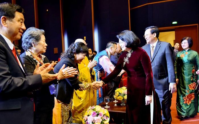 Phó Chủ tịch nước Đặng Thị Ngọc Thịnh chào hỏi bà con kiều bào
