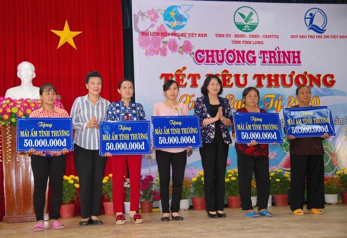 """Phó Chủ tịch nước Đặng Thị Ngọc Thịnh trao quà """"Tết yêu thương"""" tại Vĩnh Long - Ảnh 4."""