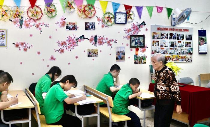 Lớp học tình thương của bà giáo 88 tuổi ở Hà Nội - Ảnh 1.