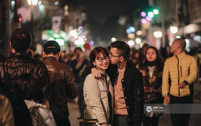 Người Hà Nội với tục đi chơi đêm giao thừa - Ảnh 1.